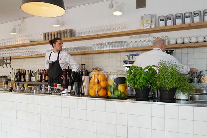 Para decorar unas estanterías de bar/restaurant Theresa restaurant by Stephanie -- un comentario de diseño
