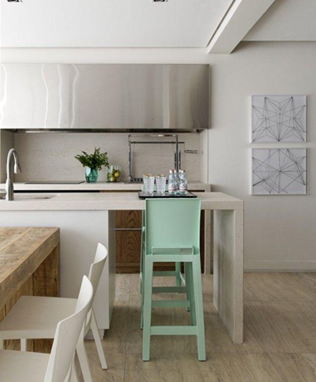 Apartamento colorido e prático apresenta à moradora as vantagens da melhor  idade em 2019   Decoração   Pinterest   Decoração, Apartamento e Casas afe68a87ce