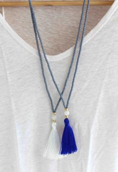 シンプルなタッセルのネックレスも重ね付けでオシャレ度アップ!