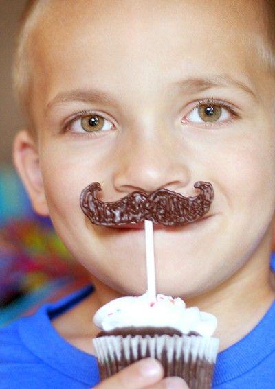 Piruletas de chocolate con forma de bigotes de Mario