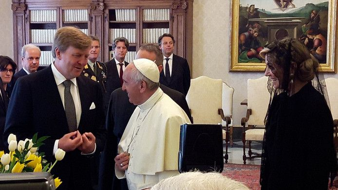 King Willem-Alexander & Queen Maxima offering flowers to the Pope, state visit, June 2017