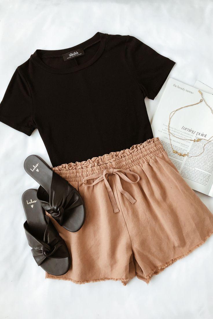 Perfektes Sommer-Herbst-Übergangsoutfit #lovelulus #shorts #blacktee #falloutfi …