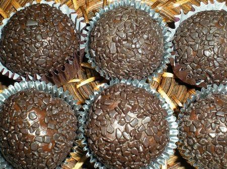 Receita de Brigadeiro de Café - brigadeiros e passe no chocolate...