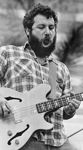 Mike Watt knew how to rock the beard. Love him. Love The Minutemen. (Miss D. Boon.)