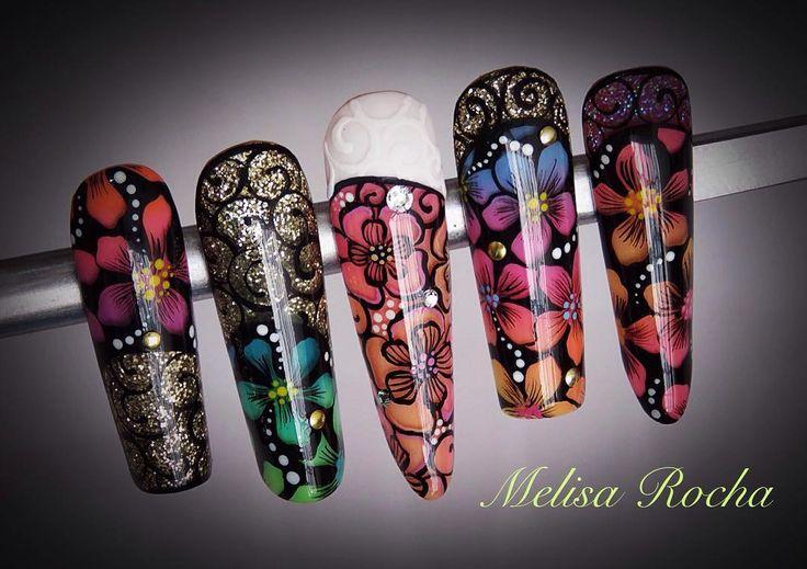 Uñas acrílicas decoradas con pintura y glitter en tonos ...