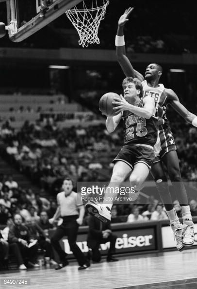 Fotografia de notícias : Mark Price of the Cleveland Cavaliers goes for a...