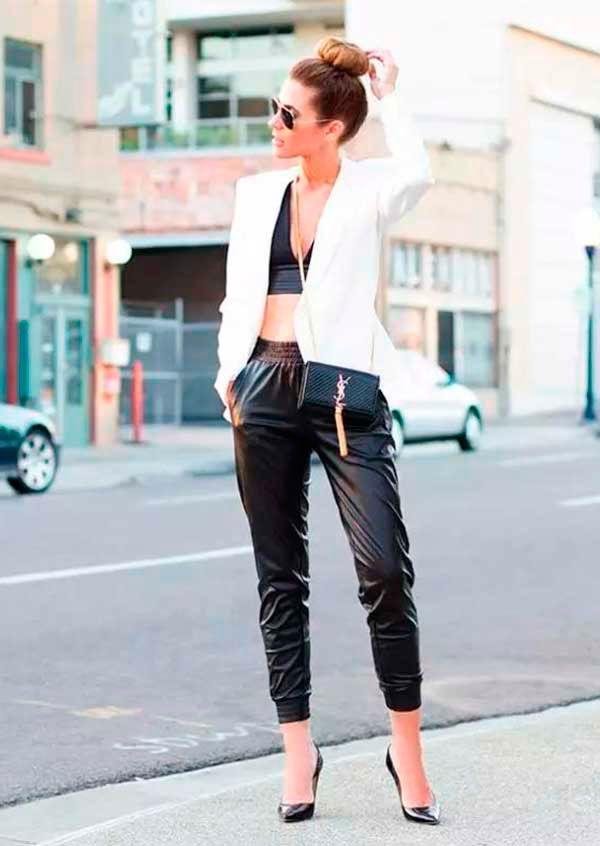 Look estiloso com cropped top de renda preto, calça sport, blazer branco com…