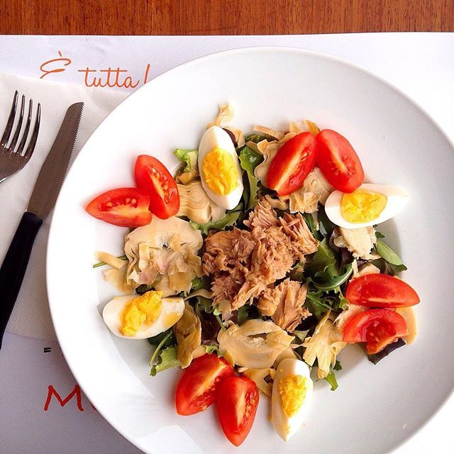 Tuna salad with egg, tomatoes and artichokes.  #food #foodporn #foodphotography #foodphotographer #italy #instafood