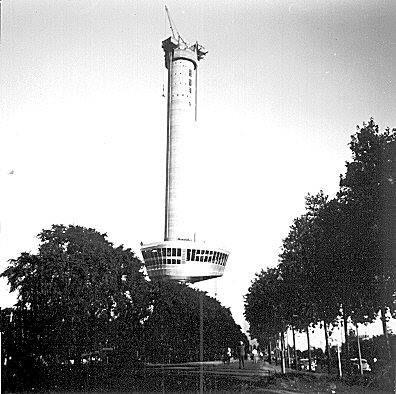 Het bouwen van de Euromast in 1959. Het kraaiennest wordt opgetakeld. De Euromast werd ter gelegenheid van de Floriade in 1960 neergezet door architect H.A. Maaskant en aannemer J.P. van Eesteren. De foto komt van vanamen.net en de informatie van wikipedia.