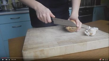 Spláčete nad vejdělkem? aneb jak oloupat a nakrájet cibuli a česnek