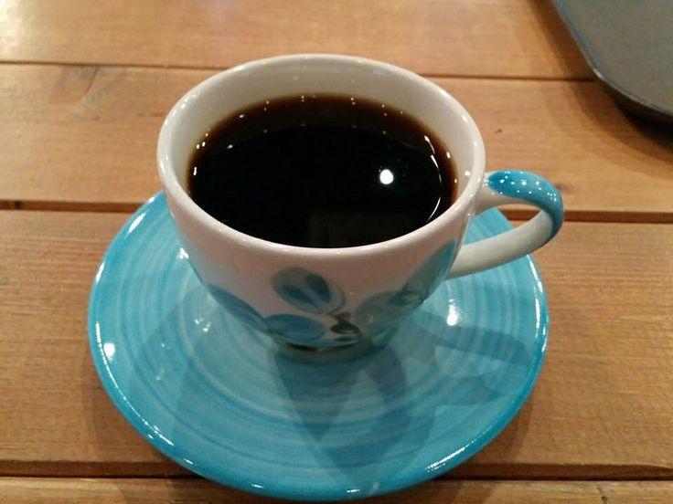 Elsalvador drip coffee  엘살바도르 원두를 처음 먹어봤다. 진한 스모키향이 나지만 그 맛은 부드러운 커피의 그 맛. 신맛은 약간에 바디감은 적당하고 꽤 괜찮았다. 커피의 신맛을 마니 즐기는 편이었지만 나름 괜찮은 커피.