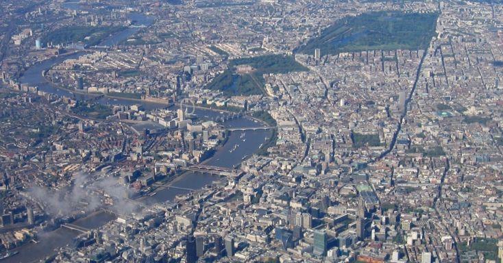 Alguns dos principais cartões-postais de Londres podem ser vistos nesta fotografia feita da janela de uma aeronave: o rio Tâmisa, a roda-gigante London Eye e o Palácio de Buckingham (no meio da área verde na parte central da imagem)