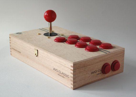 Il s'agit d'une partie d'un bâton de type arcade sur mesure fabriqué par votre serviteur!  Le cas est une boîte à cigares en bois utilisé qui est environ 11 x 6,125 x 2.5 et a quelques légères traces d'usure (de l'utilisation antérieure comme une boîte à cigares).  Le joystick et les boutons sont hors-la marque, mais fonctionnent très bien. Ils pourraient facilement être échangés pour des marques haut de gamme (les boutons sont de type push et destiné à être remplacé facilement, et la…