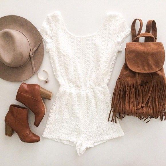 Un joli look hippie chic avec un combishort blanc et un sac à franges