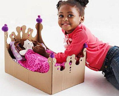 Brinquedos feitos de caixa de papelão.