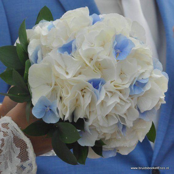 bruidsboeket met witte en blauwe hortensia draadgebonden bij Bruidsboeketenzo.nl