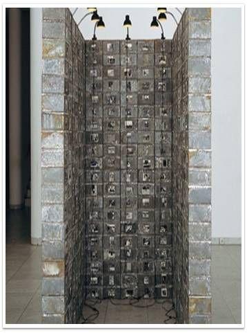 죽은 스위스인의 저장고, 크리스티앙 볼탕스키, 1990