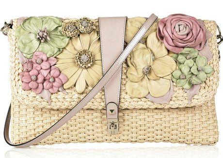 Плетеные сумки как-то сами собой вызывают в наших ассоциациях солнечный пляж и образы хиппи. Казалось бы, другого применения у этого аксессуара быть не может – но в этом году всё изменилось. Плетеные сумки – одни из любимчиков дизайнеров. В этом сезоне плетеные сумки имеют самую различную форму – корзинка, трапеция, сумки-бочонки, прямоугольные. Каждая модница может …