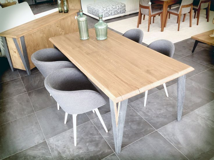 Dining table made of solid oak wood. Τραπέζι από μασίφ δρυ.