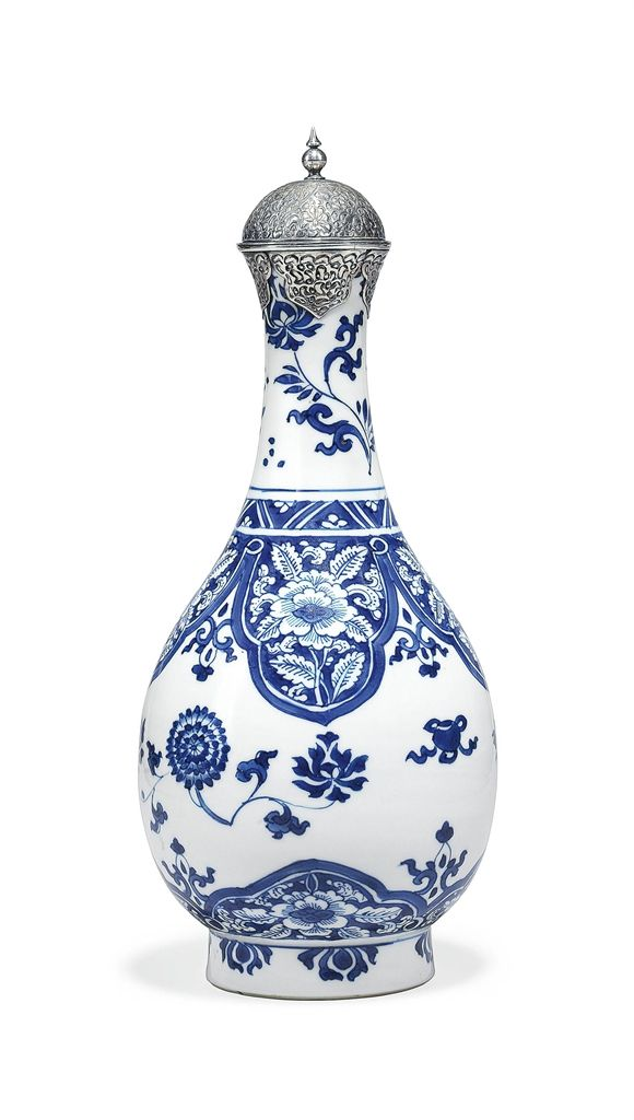 A BLUE-AND-WHITE PORCELAIN BOTTLE VASE - CHINA, KANGXI PERIOD (1662-1722)