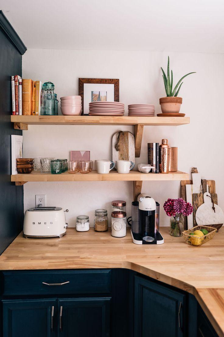 Das offene Regal in der Küche von Jess Ann Kirby ist komplett mit pinkfarbenen … #kirby