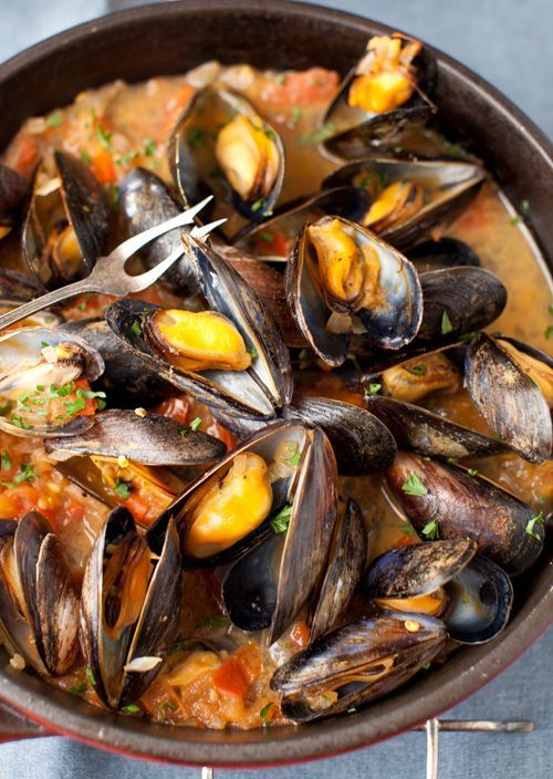"""Mussels in White Wine Sauce with Onions and Tomatoes (""""moules marinieres"""", a classic French recipe using wine, garlic, shallots, parsley and butter and you can add tomatoes....)"""