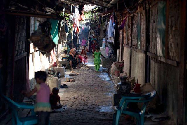 Mengintip potret kehidupan pengungsi Rohingya Sekitar 65.000 Muslim Rohingya melarikan diri ke Bangladesh sejak Oktober lalu setelah tentara Myanmar melakukan tindakan keras terhadap minoritas Muslim dengan alasan memburu militan. Operasi militer dilancarkan Myanmar pasca serangan pos perbatasan. Insiden tersebut menewaskan sekitar 9 polisi. Namun kelompok HAM melaporkan militer menjalankan serangan kekerasan sistematis terhadap warga Rohingya di negara bagian Rakhine. Program Pangan Dunia…