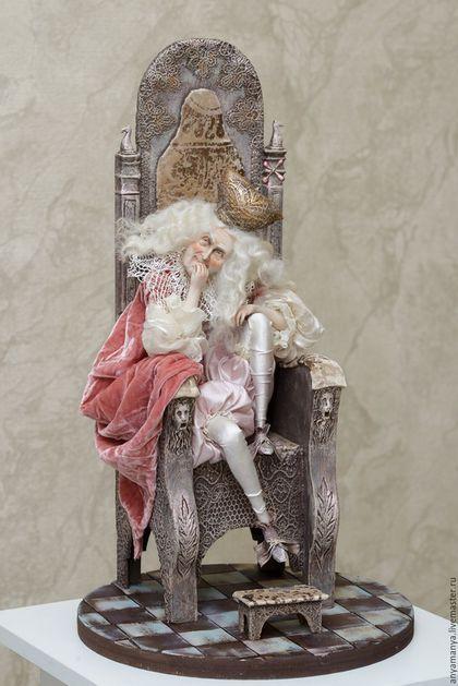Купить или заказать Влюбленный старец в интернет-магазине на Ярмарке Мастеров. Работа влюбленный старец.Белый король 'Влюбленный Старец 'безнадежно влюблен в чёрную Королеву ' даму благородных кровей'.Работа выполнена в ручную .Слеплена из паперклея , проволочный каркас по всей фигуре.Кукла одета в натуральные ткани шелка, антикварные…