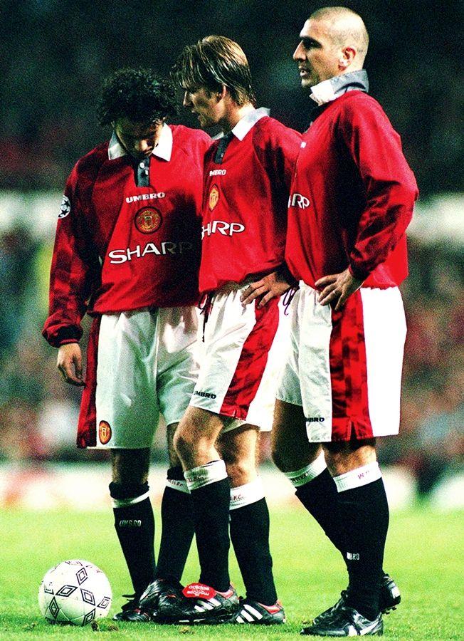 Ryan Giggs, David Beckham e Eric Cantona, Manchester United. Se preparando para uma cobrança de falta durante uma partida da Liga dos Campeões da Europa.