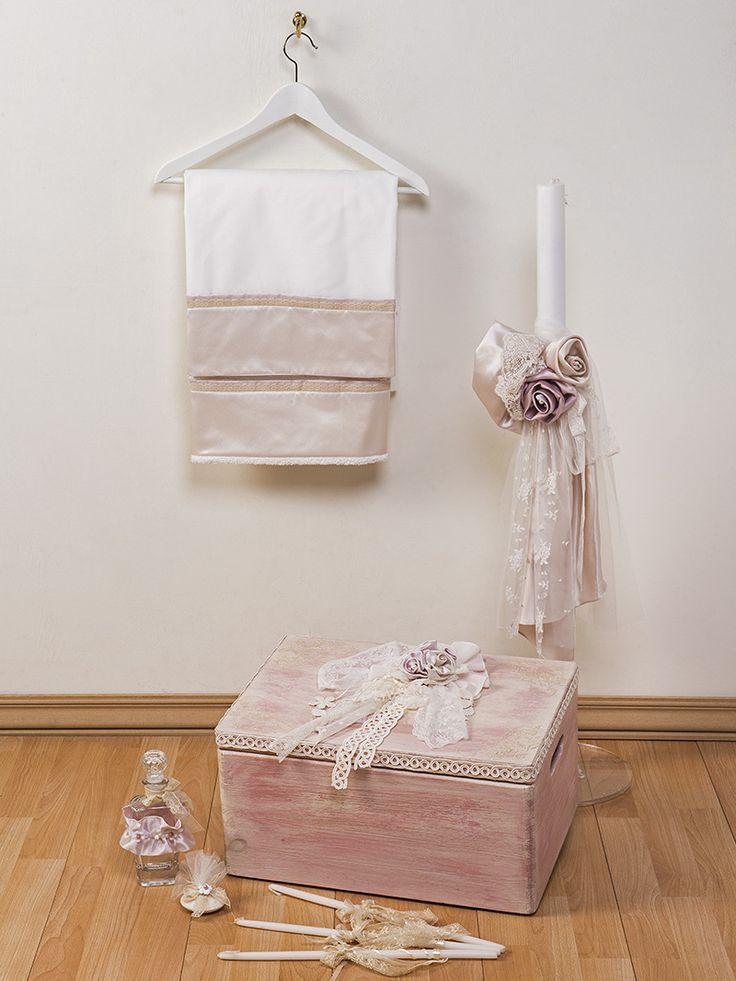 Το σετ Περιλαμβάνει:  Ξύλινο κουτί Λαμπάδα Λαδόπανα Λαδοσέτ (σαπούνι, μπουκάλι λαδιού) Κεράκια κολυμπήθρας (3 τεμ.)