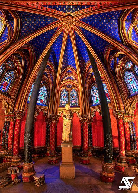 Avec la Conciergerie, la Sainte-Chapelle constitue l'un des vestiges du palais de la Cité, qui s'étendait sur le site couvrant l'actuel palais de justice (1er arr.)