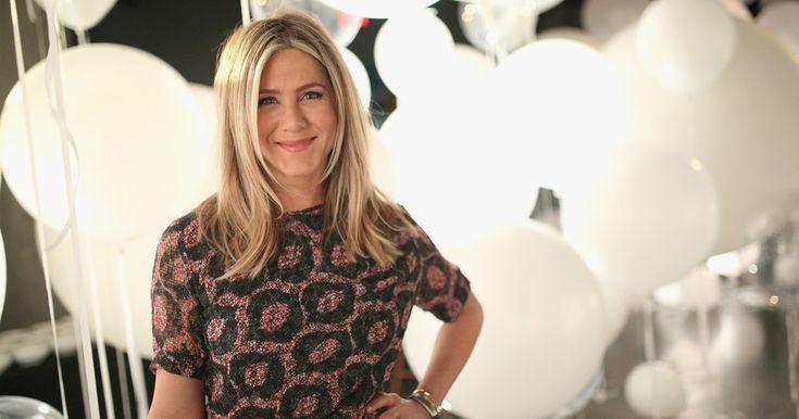 """Jennifer Aniston hat in der Serie """"Friends"""" den Stufenbob berühmt gemacht. Jetzt demonstriert sie wieder Haar–Expertise – als Frontfrau des Labels Living Proof"""