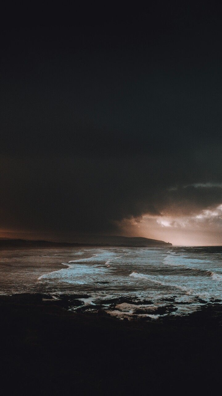 Sturm am Strand. Dunkel. Landschaftsfotografie. – Repin aus dem Internet –