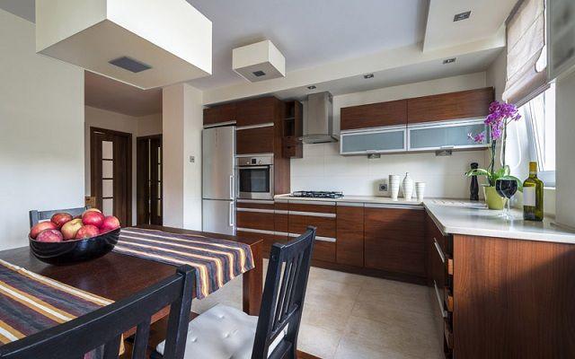 Kuchnia w stylu minimalistycznym nie musi być zimna. Drewno wspaniale ociepla wnętrze, nadaje mu przytulności.