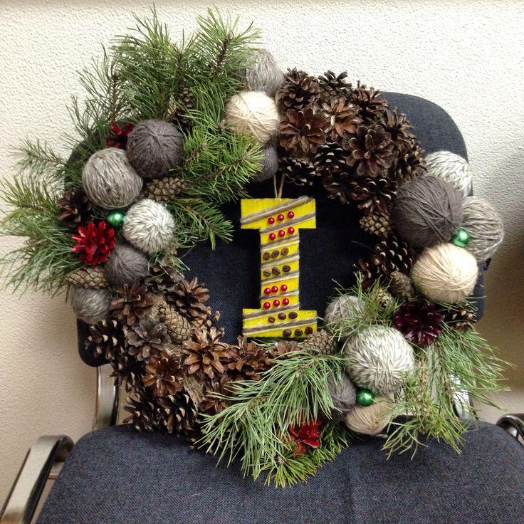 Рождественский венок из пряжи, шишек, сосновых веток с бусинами и желудями.