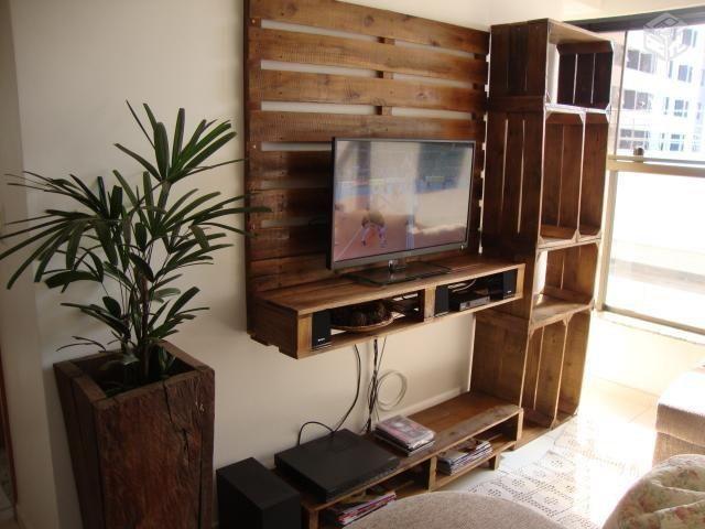 Mit Paletten und Obstkisten TV-Schrank eingebaut 2