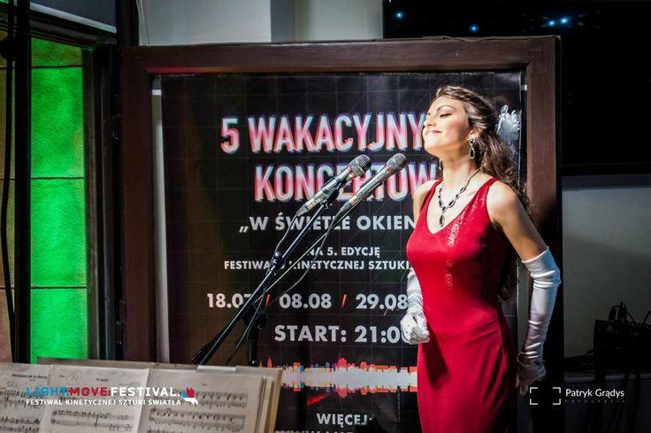 """W ŚWIETLE OKIEN, 29 sierpnia 2015 - """"Powróćmy jak za dawnych lat"""". Śpiew: Emilia Klimczak, Piotr Płuska; akompaniament: Danuta Antoszewska. (fot. Patryk Grądys)"""