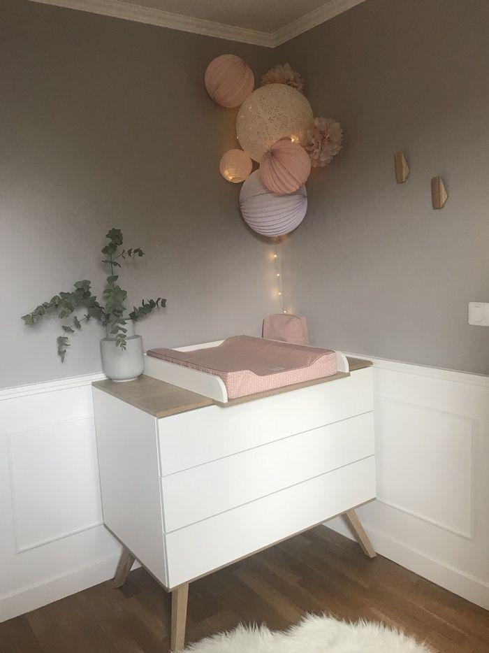 Pastellrosa und weißer Raum mit einem Satz Latern…