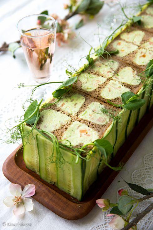 Kevään vihreä avokado ja valloittava lohenpunainen ovat tämän kalaherkun värit. Avokadon vihreä pilkistää esiin neliapiloiden lehdistä - tämä kakku ei juuri muuta koristelua vaadi. Reunuksen kurkut olivat kiva idea helituulin upeasta Kinuskigalleriaan lisäämästä voileipäkakusta. Muistathan, että voileipäkakut kannattaa aina valmistaa tarjoilua edeltävänä päivänä! n. 16 hengelle Avokado-piparjuuri-lohivoileipäkakku Leipäkerrokset: 520 g ruisvuokaviipaleita 320 g isoja…