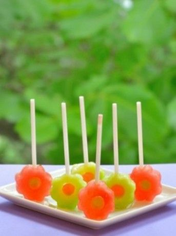 Des #sucettes de sorbet au jus de tomate Fruité Moments Gourmands et pesto de pistache. Voilà une idée #originale pour surprendre petits et grands !