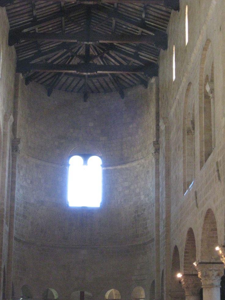 Interno, l'abside illuminata dalla bifora