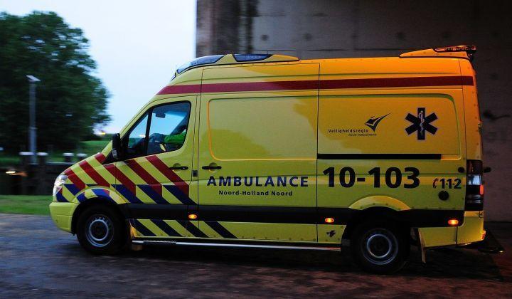 Medemblik – In de ambulance al aan de slag met een cardiogram en deze meteen doorsturen. Eerste Hulp overslaan en direct door naar de behandelkamer alwaar adekwaat aangepakt wordt., Door gebr…