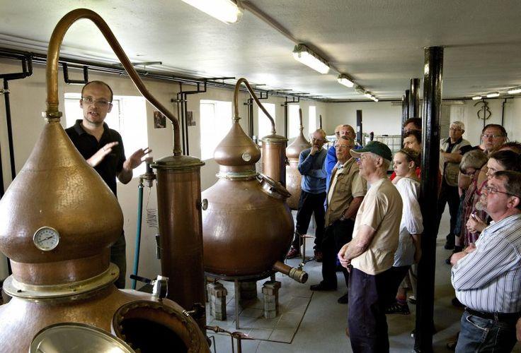 Stauning Whisky er den eneste aktive danske whiskyproduktion, der bruger dansk byg, som de selv malter og samtidig bruger kobber-pot stills til ...