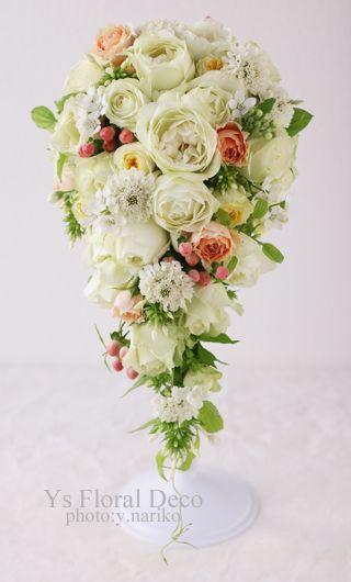 土曜日に恵比寿のウェスティンホテル東京さんで挙式ご披露宴の新婦さまのため、お作りさせていただいたキャスケードブーケです。バラメインに、小花や実ものをいれて...