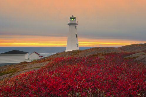 Nascer do sol em Cape Spear, onde se localiza um farol, na Península de Avalon, perto de São João, na província de Terra Nova e Labrador, Canadá. Este é o ponto mais oriental no Canadá e da América do Norte. O edifício do farol é de concreto e foi construído para abrigar a lanterna em 1955. A torre de prisma octogonal, com varanda e lanterna, tem 13,7 m de altura e alcance luminoso de 20 milhas náuticas.