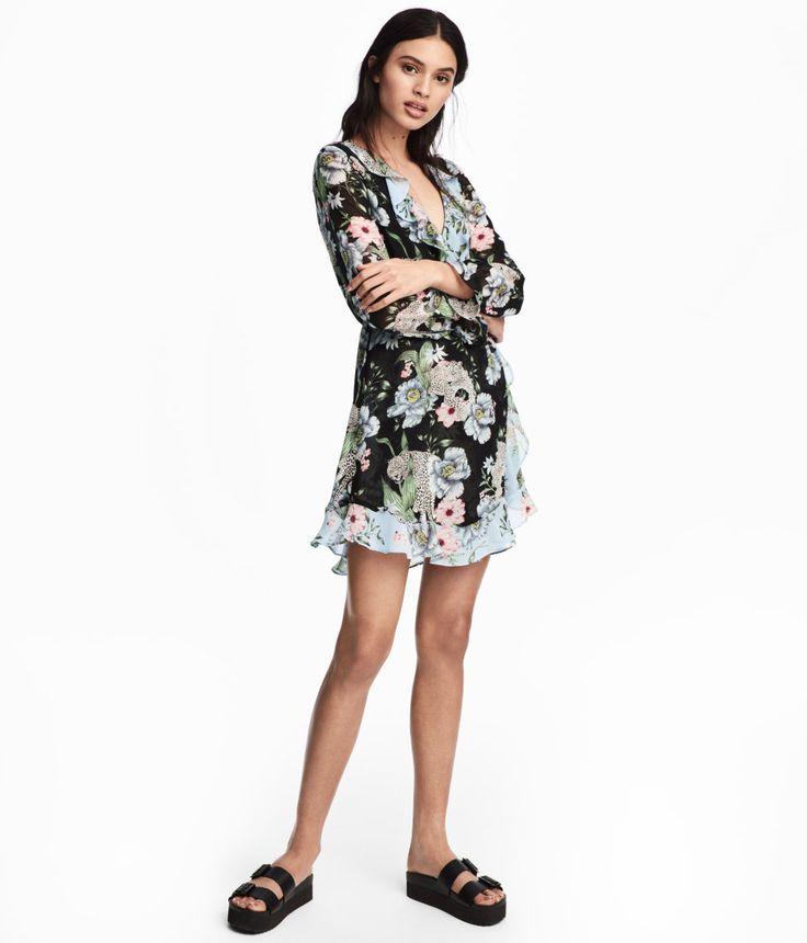 Sieh's dir an! CONSCIOUS. Kurzes Kleid in Wickeloptik aus zartem Chiffon. Modell mit Volant an V-Ausschnitt und Saum. In der Taille ein Gummizug und elastische Ärmelabschlüsse mit Volant. Das Kleid ist teilweise aus recyceltem Polyester hergestellt. Gefüttert. – Unter hm.com gibt's noch viel mehr.