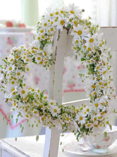 What a perfect wreath - daisies and a heart.. Pretty.