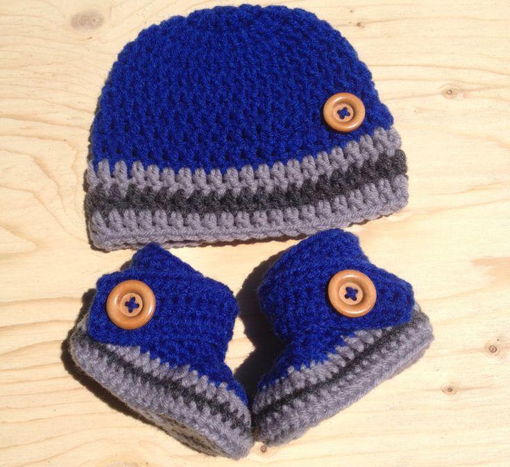 Petit ensemble pour bébé garçon bonnet et bottines de couleurs bleu, gris pâle et gris foncé ~ bouton de bois ~ 100% acrylique Baby boy crochet hat and booties blue and gray ~ wood buttons ~ 100% acrylic