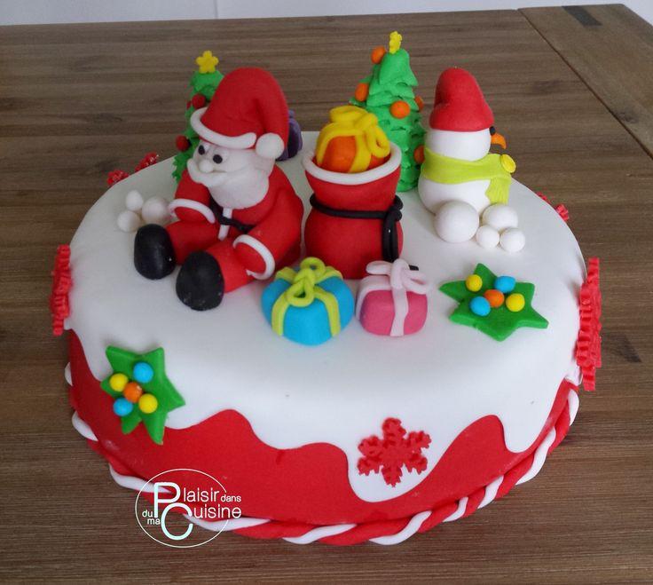 G teau de no l en p te sucre avec le p re no l sa hotte de cadeaux et le bonhomme de neige et - Gateau de noel alsacien stollen ...
