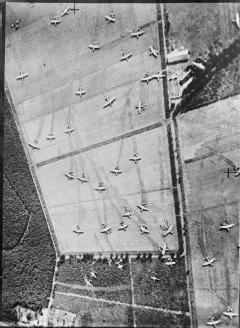 Een LZ voor gliders vanuit de lucht gefotografeerd. Opvallend is hoe nauwkeurig de piloten hun gliders aan de grond hebben gezet.